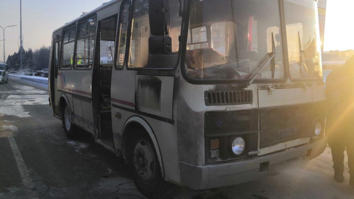 В Северске водитель высадил из загоревшегося автобуса пассажиров и сам потушил огонь