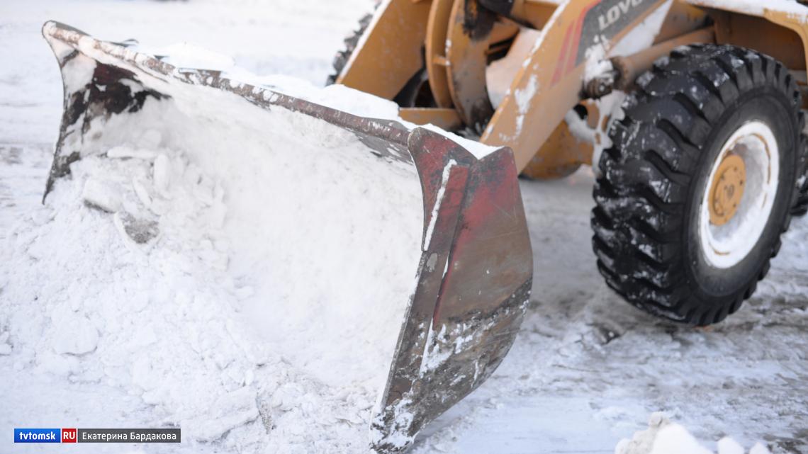 Томичей просят не парковать машины в местах уборки снега