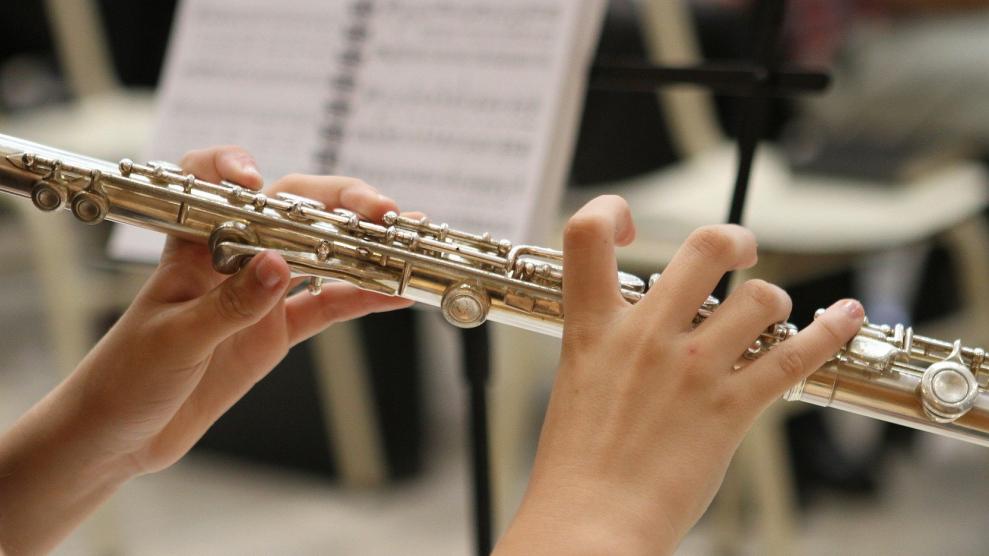 Юный томский музыкант, которому врачи спасли кисти рук, сыграл для них на флейте