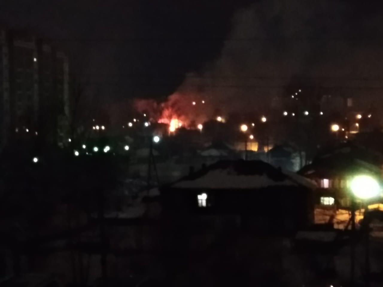 Сразу два дома сгорели ночью на Большой Подгорной в Томске